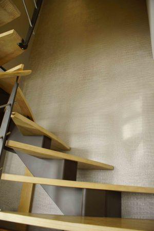 Montée d'escalier texturée en papier peint peau de crocodile
