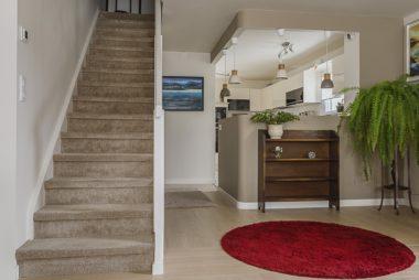Ouverture d'une cuisine et inversion d'un escalier dans un appartement à Saint-Marc sur mer